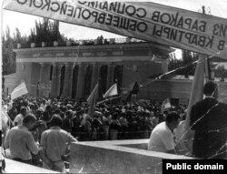 «З бараків соцтабору до квартир європейського дому». Мітинг за незалежність у Луганську, 1990 рік. Фото із vk.com – lugansk_advice