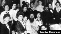 Raspućin okružen obožavaocima. Zahvaljujući velikom apetitu za seks, Raspućin je uživao veliku pažnju dama i jurio za prostitutkama u Sankt Peterburgu.