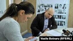 Natalia Morari şi Sergiu Ostaf în studioul Europei Libere la Chişinău