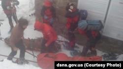 Двох постраждалих туристів передали медикам з гіпотермією та обмороженнями