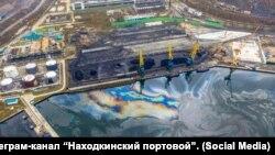 Нефтеразлив у Приморского судоремонтного завода