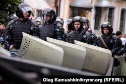 Российский ОМОН проводит учения в центре Симферополя. 17 мая 2014 года. (Иллюстративное фото.)
