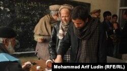 На избирательном участке в Кабуле. 5 апреля 2014 года.