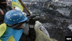 Ілюстраційне фото. Протестувальник в касці із символікою Євросоюзу на барикадах. Київ, січень 2014 року