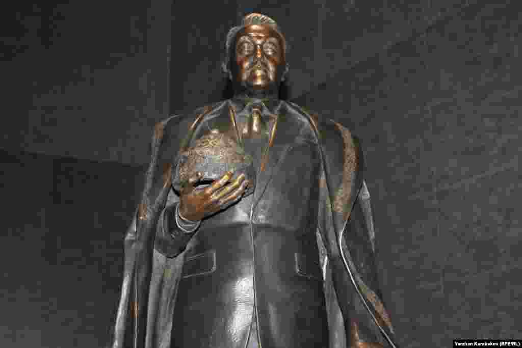 Ұлттық музей залындағы Нұрсұлтан Назарбаевтың шағын мүсіні. Астана, 4 маусым 2015 жыл.