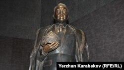 Qazaxıstanda Nazarbayev heykəlləri