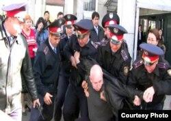 Момент задержания лидера незарегистрированной партии «Алга» Владимира Козлова после одного из митингов. Алматы, 14 октября 2009 года.