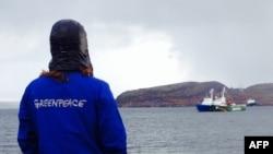 Судно активистов Гринпис Arctic Sunrise было отбуксировано в порт в Мурманске