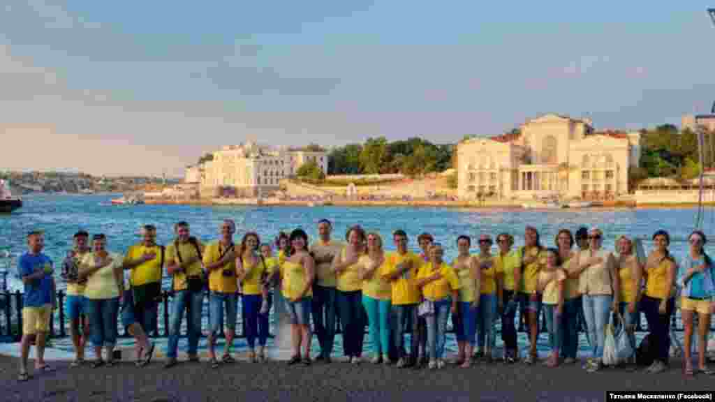 Активісти вийшли на набережну, одягнені в кольори прапора України. 2017 рік, День українського прапора в Севастополі