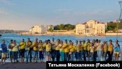 Севастополь, місцеві жителі фотографуються з нагоди Дня українського прапора