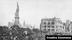 Тау болып үйілген мүрделер. Дрезден, 1945 ж.