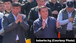 Искендер Матраимов (слева) и Райымбек Матраимов. Кара-Сууйский район. 1 мая 2019 года.