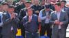 Экс-зампредседателя Гостаможенной службы Райымбек Матраимов (в центре) и его брат, депутат ЖК Искендер Матраимов (слева). 1 мая 2019 года. Фото: kabarlar.kg