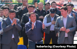 Большинство присутствовавших на организованном Матраимовыми мероприятии 1 мая 2019 года в Кара-Сууйском районе ‒ кандидаты в депутаты парламента от «Мекеним Кыргызстан».