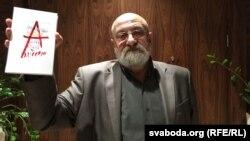 Валянцін Акудовіч са сваёй новай кнігай.