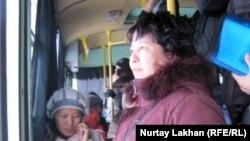 Пассажиры в салоне городского автобуса.