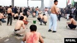 Owganystanly şaýy musulmanlary Kabulda Aşura dessuryny berjaý edip,öz-özlerini zynjyr bilen urýarlar.