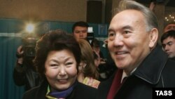 Президент Казахстана Нурсултан Назарбаев (справа) с супругой Сарой Назарбаевой. Астана, 4 декабря 2005 года.