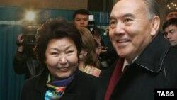 Президент Казахстана Нурсултан Назарбаев с супругой Сарой Назарбаевой на избирательном участке в Астане. 4 декабря 2005 года.
