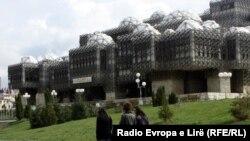 Një ndër hapësirat e pakta me gjelbrim në Prishtinë, para Bibliotekës Kombëtare dhe Universitare.