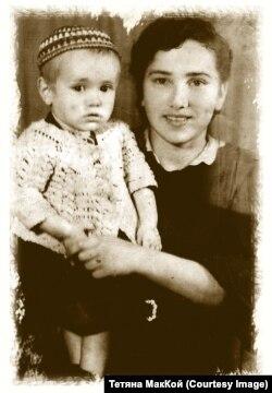 Моя мама Надія Василенко (Могильна) з донькою-первістком, яку назвала на честь старшої сестри Вірою; дитя сфотографоване в одязі, надісланому батьком-«мародером» з Австрії і відібраному владцями за «сигналом» рідної тітки (1945 рік)