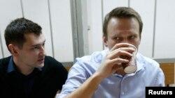Олексій Навальний (П) та його брат Олег (Л)