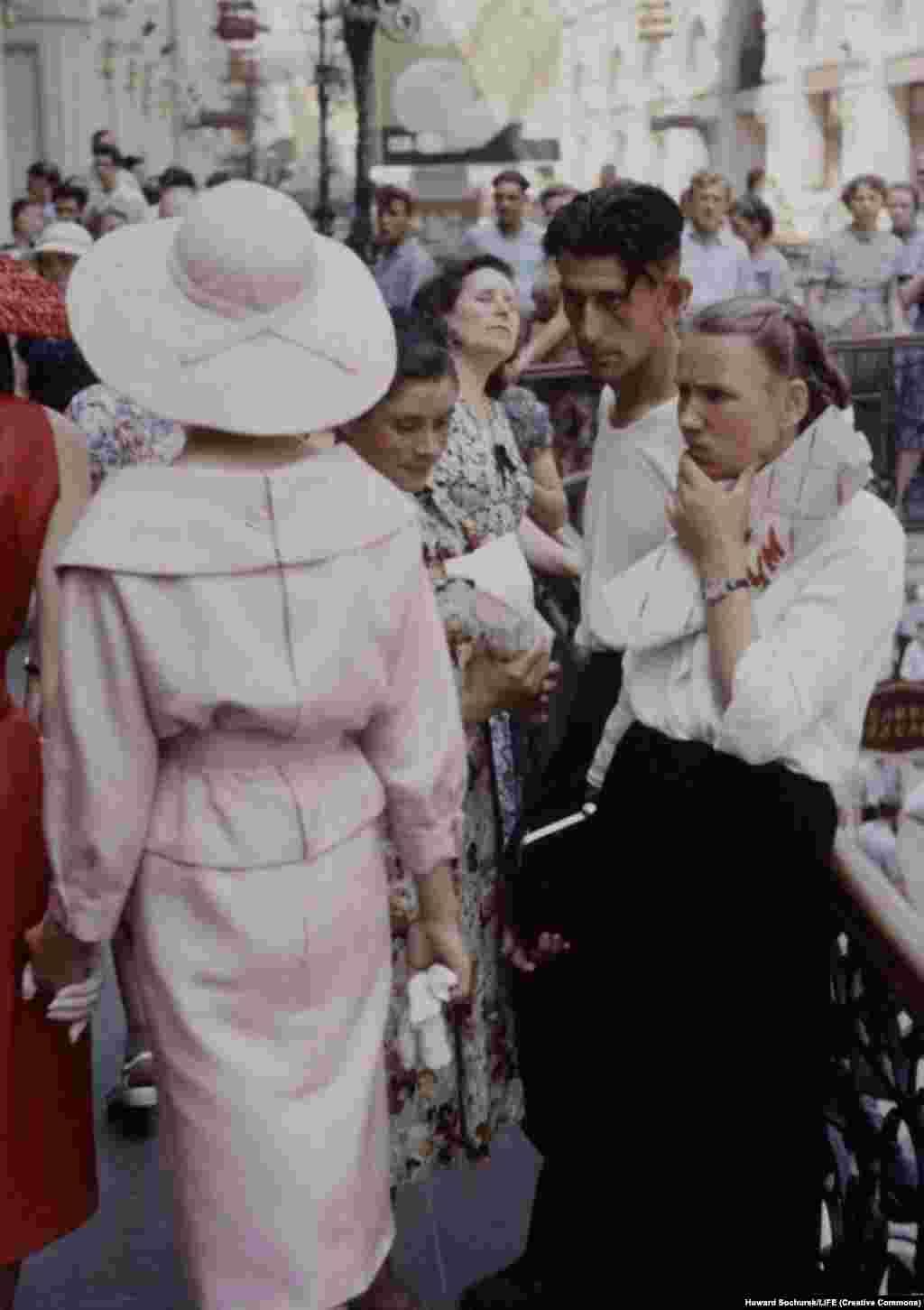 Французская модель прогуливается по ГУМу. Эти фотографии сделаны в июне 1959 года во время посещения Москвы группой моделей легендарного французского дома моды Кристиана Диора.