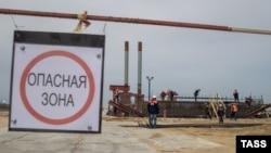 Крым. 20 апреля 2016 года. Вид на строительную площадку транспортного моста через Керченский пролив на острове Тузла