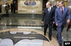 Президент Росії Володимир Путін (л) і тодішній міністр оборони Сергій Іванов (п), архівне фото