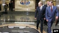 Президент России Владимир Путин (л) и тогдашний министр обороны Сергей Иванов (п), архивное фото