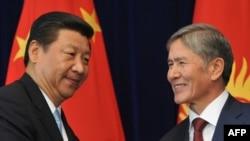 Қытай басшысы Си Цзиньпин (сол жақта) мен Қырғызстан президенті Алмазбек Атамбаев. Бішкек, 11 қыркүйек 2013 жыл.