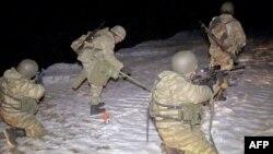 سربازان آذری در حال ماین پاکی در منطقه کلبجر در نگورنو قرهباغ