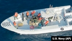 Foto e publikuar nga Departamenti amerikan i Mbrojtjes, ku sipas Marinës amerikane, shfaqen trupat e Gardës Revolucionare të Iranit, duke larguar një minë të pashpërthyer nga cisterna e naftës.