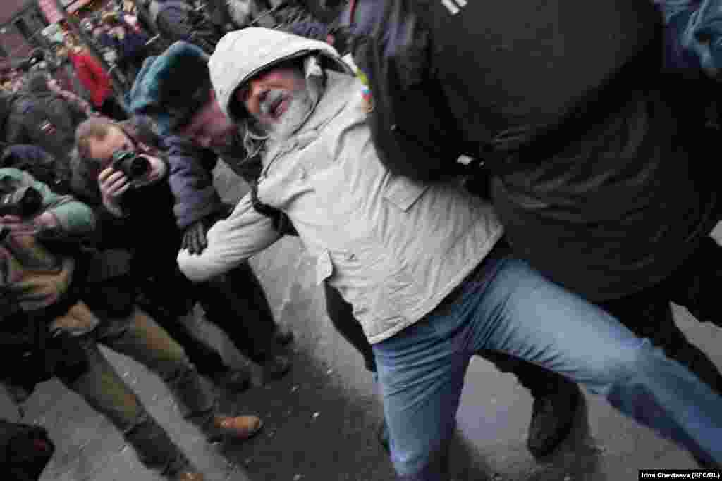 """Активистам """"Левого фронта"""" и объединений """"Обманутых дольщиков"""" не удалось прорваться на Красную площадь, где планировалась несанкционированная акция """"Народ против незаконных выборов!""""."""