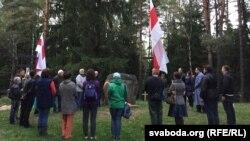 Удзельнікі акцыі памяці прыйшлі зь бел-чырвона-белымі сьцягамі