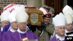Гроб с телом Леха Качиньского препровождают к месту упокоения президентской четы