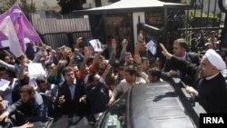 Иран президенті Хассан Роухани (оң жақта) Нью- Йорктен Тегеранға оралып, өзін қарсы алғандар арасымен көлікпен өтіп барады. Тегеран. 29 қыркүйек, 2013 жыл.
