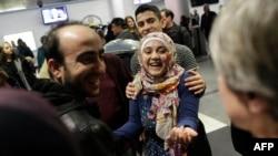 Воссоединение семьи беженцев из Сирии, аэропорт Иллинойса, США, февраль 2017 год