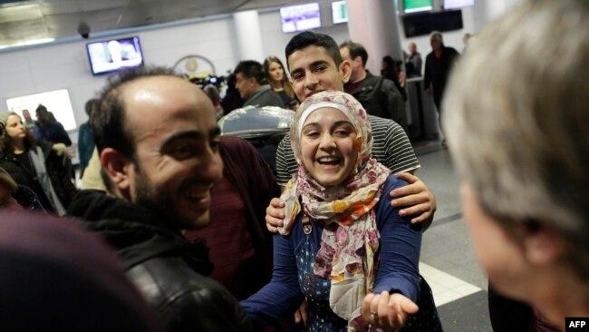 Беженцы из Сирии в аэропорту в Чикаго