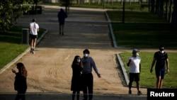 Люди на прогулке в парке Мадрида. 2 мая 2020 года.