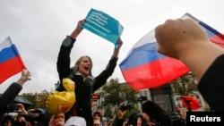 Участники акции в поддержку Алексея Навального в Москве, 7 октября 2017