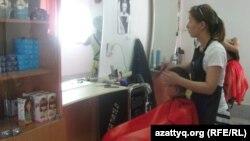 В парикмахерской поселка Жанакорган Кызылординской области. 18 июня 2014 года.