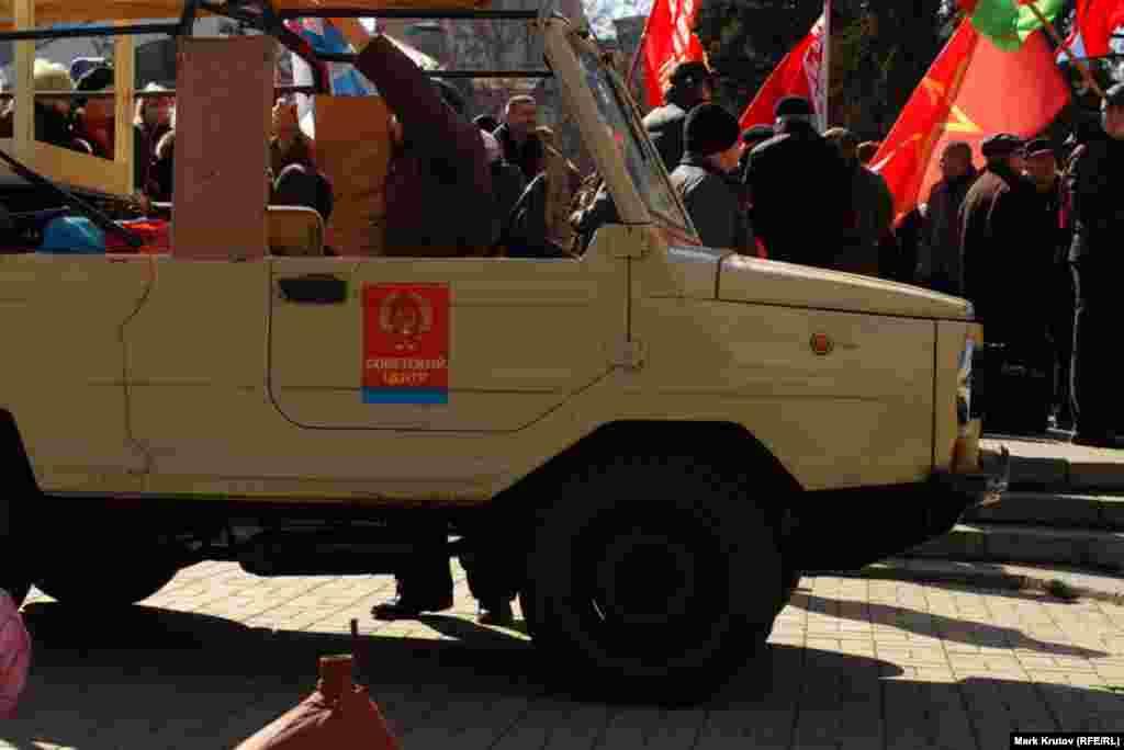 """Несколько участников акции приехали на старых советских автомобилях, украшенных символикой организации """"Советский центр""""."""