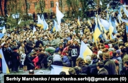 Жалобна хода під забороненими синьо-жовтими прапорами під час перепоховання Стуса, Литвина і Тихого. Київ, 19 листопада 1989 року
