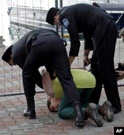 """Казаки, сорвавшие запись клипа Pussy Riot """"Путин научит тебя родину любить"""", заламывают руки Алексею Кнедляковскому в Сочи 9 февраля 2014 года"""