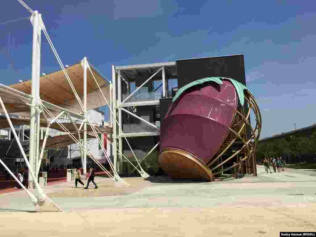 Иногда кажется, что оформлением выставки занимались организаторы сюрреалистического фестиваля Burning Man