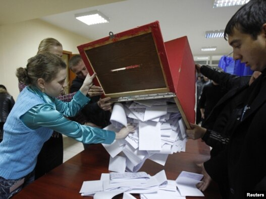 Подсчет голосов на парламентских выборах на одном из избирательных участков Кишинева, 28 ноября 2010