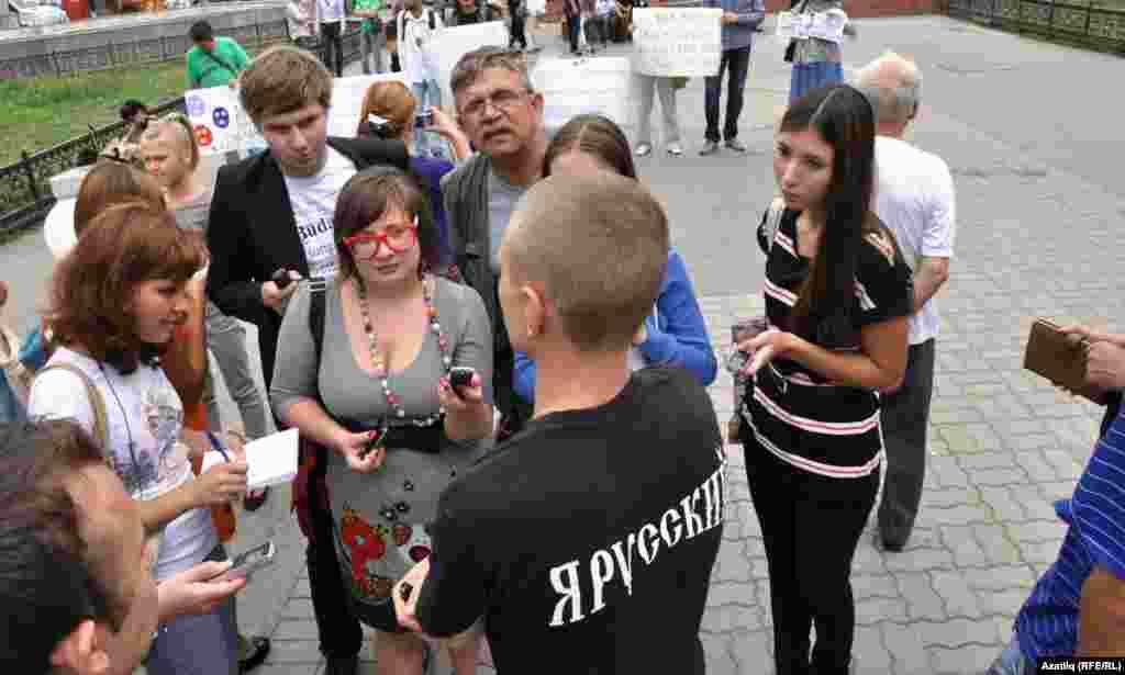 """""""Я русский"""" дип язылган футболка киюче яшь егетнең сүзләренчә, Pussy Riot төркеме – урыс халкының дошманы булып тора. """"Без мондый чараларга каршы"""", дип белдерде Михаил Шаров."""