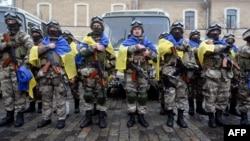 Бійці з батальйону спецпризначення МВС «Східний корпус» під час урочистої церемонії відправки до зони АТО. Площа Свободи у Харкові, червень 2015 року