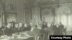 Față în față: reprezentanții României și ai Puterilor Centrale la semnarea tratatului de pace (Sursa: Expoziția Marele Război, 1914-1918, Muzeul Național de Istorie a României)